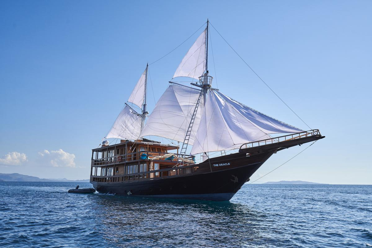 yacht charter indonesia cruise komodo liveaboard
